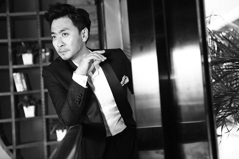 黄俊鹏演绎黑白经典时尚 质感十足尽显熟男魅力