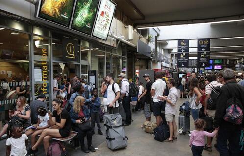 法国巴黎蒙帕尔纳斯火车站因电力故障 发生混乱