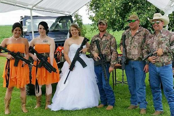 脑洞大开!美国年轻一代掀起枪支婚礼热潮