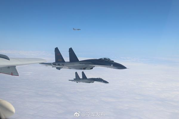 """解放军战机""""绕台湾岛巡航"""" 日本军机竟跟踪偷拍"""