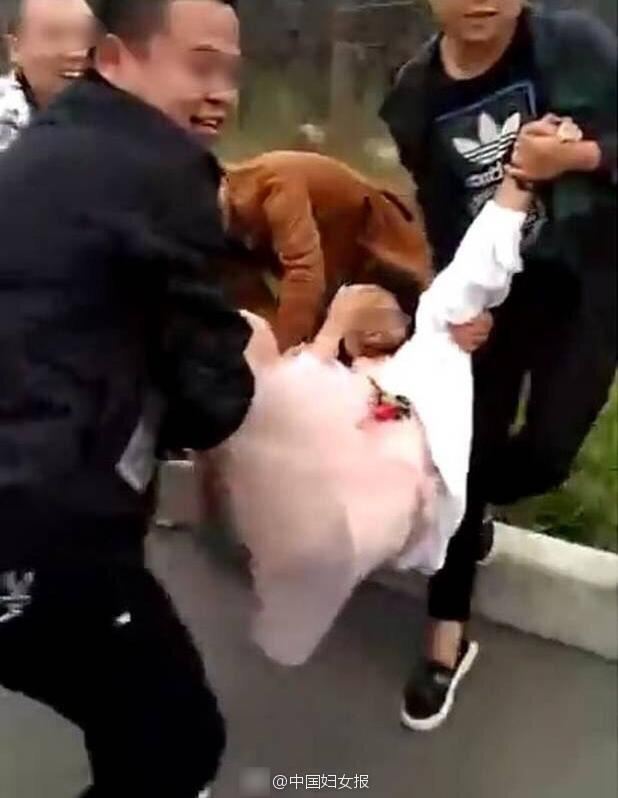 伴娘遭人抬到引擎盖上掀裙子 当众羞辱