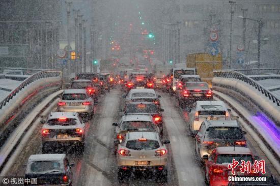 欧洲多国遭猛烈暴风雪吹袭交通混乱 数万旅客滞留