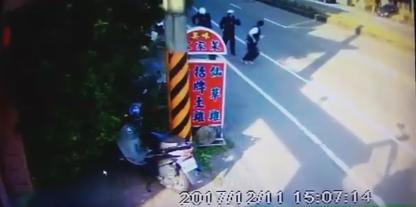 台警察想抓人却被夺枪 听见枪声吓晕被紧急送医