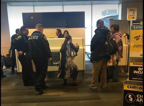 华裔一家在美被赶下飞机 遭美网民谩骂:滚回中国
