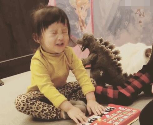 欧弟女儿jojo唱歌超陶醉 娇妻出镜侧颜美艳