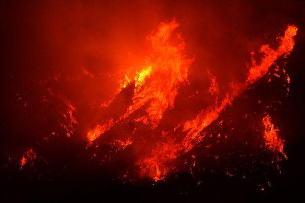 美加州山火肆虐映红夜空 烧毁面积超纽约波士顿之和