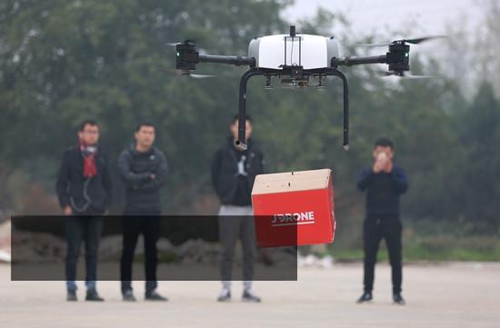 """包裹背后的""""黑科技"""":无人机配送 机器人送上楼"""