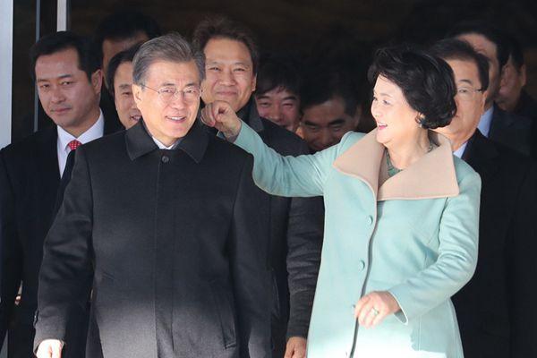 """文在寅夫妇启程访华 韩""""第一夫人""""为丈夫贴心整理衣服"""
