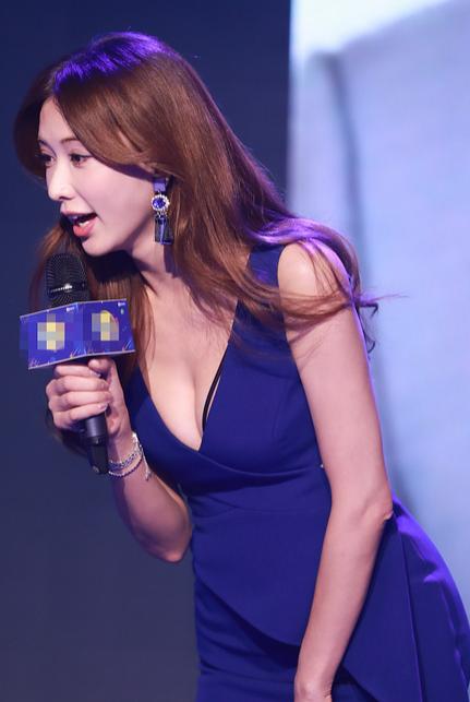 林志玲穿紫裙气质十足 俯身大笑秀事业线
