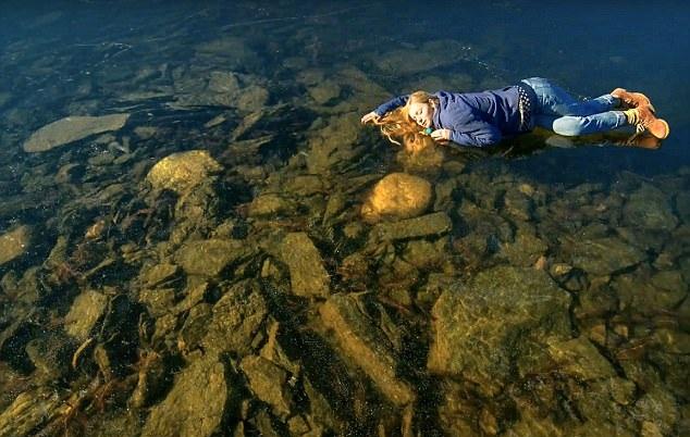 俄摄影师聆听西伯利亚冰冻湖声音称似鲸鱼吟唱