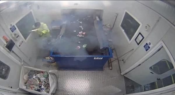 英工人分拣垃圾时遇信号弹爆炸 工人险受伤