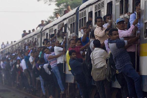 斯里兰卡铁路系统大罢工 学生扒车参加考试