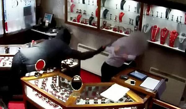 英国一珠宝店遭抢劫 店员拉响警报被斧头猛击