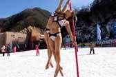 雪场穿比基尼热舞引围观 钢管舞美女挑战严寒
