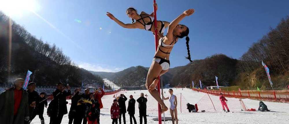 钢管舞美女挑战 雪场穿比基尼热舞引围观