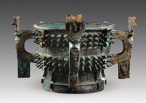 中国宝鸡千年古墓内发现青铜锅:已超3100年