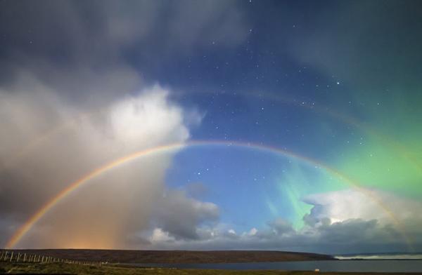 苏格兰夜空现双月虹 唯美梦幻难以置信