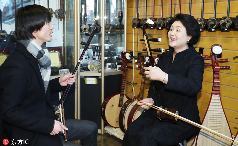 韩国总统文在寅夫妇访华 第一夫人兴致勃勃拉二胡