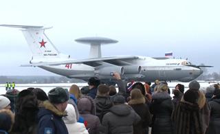 首批从叙利亚撤离俄军人回国 获英雄版礼遇