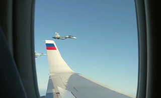 普京看着给自己护航的苏-35 嘴角不禁露出微笑