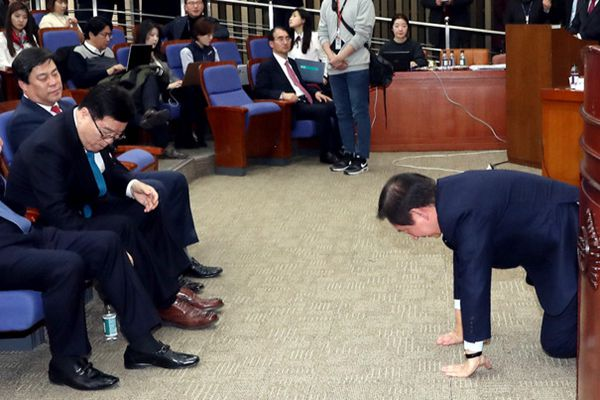 韩国第一大在野党选出新任国会代表 当选议员磕头致谢
