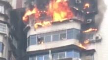 突发!重庆一大厦高层突发大火 男子被困窗边