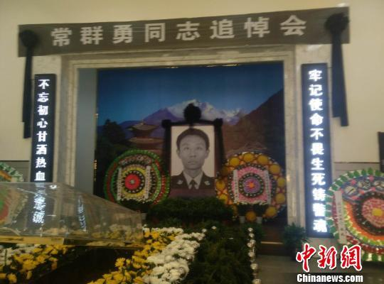 河北冀州上千民众含泪送别与持刀歹徒搏斗牺牲民警