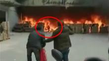 火场冲出一人 现在正在救治