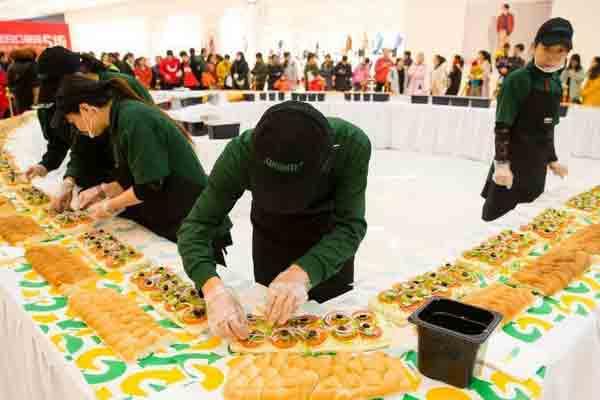 33米超长三明治亮相山西太原 人气爆棚吸引民众抢吃
