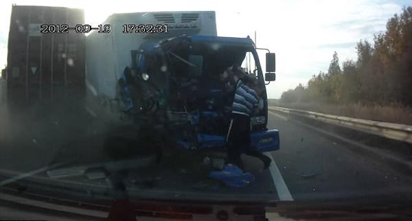 """战斗民族!俄卡车相撞司机安全""""翻身落地"""""""