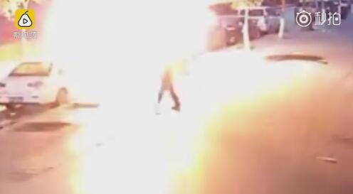 惊险!改装车瞬间爆燃 男子头顶火苗冲入车内救母亲