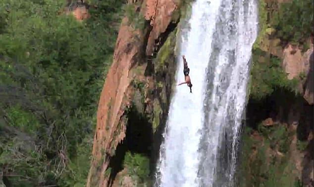美国一男子30米高悬崖上跳水纪念亡友