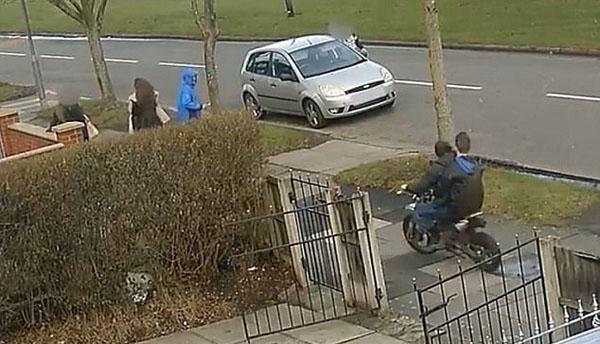 英两男孩人行道上骑摩托车撞倒15岁少女