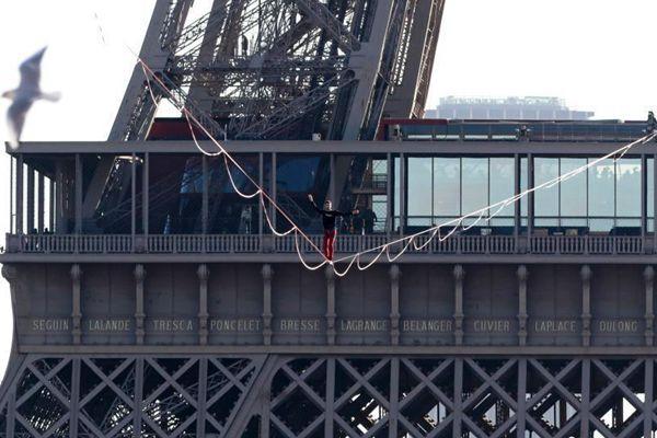 法国男子埃菲尔铁塔走扁带 670米用37分钟
