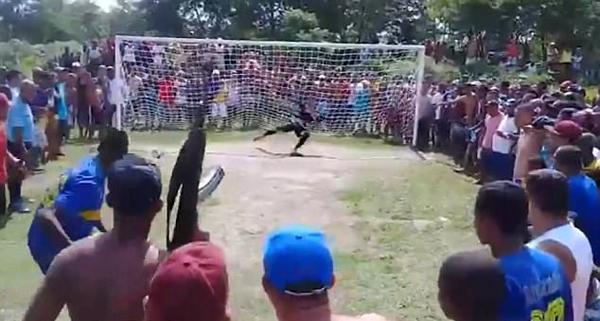 必须罚进!巴西球员罚点球时获粉丝持枪激励