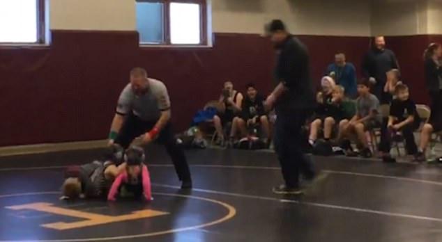 美男童误将摔跤比赛当打架 上场助姐姐一臂之力