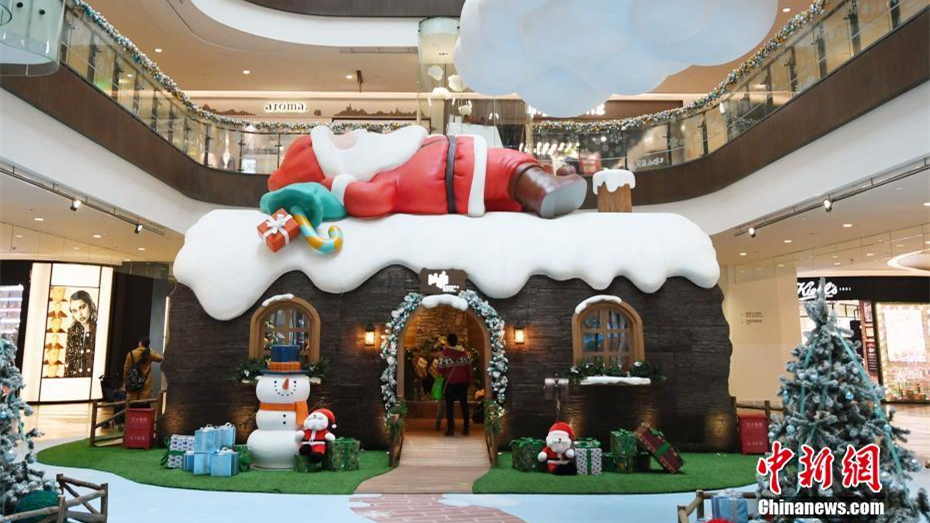 巨型圣诞老人亮相杭州商场 现场节日气氛浓