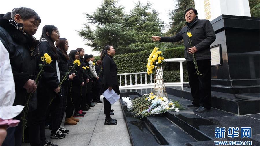 南京:市民学生在草鞋峡祭奠大屠杀遇难同胞