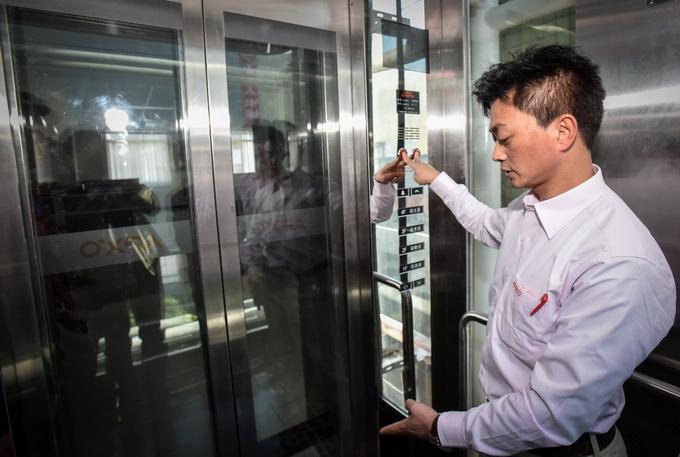小区电梯门打不开5人被困 原是外门被小广告粘住