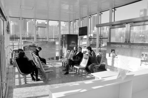 沈阳建成多功能公交候车亭 内有WiFi、空调、饮料机