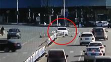 错将油门当刹车 女子开车撞毁护栏