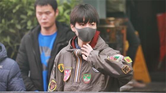 王俊凯显少年潮酷暖心满分