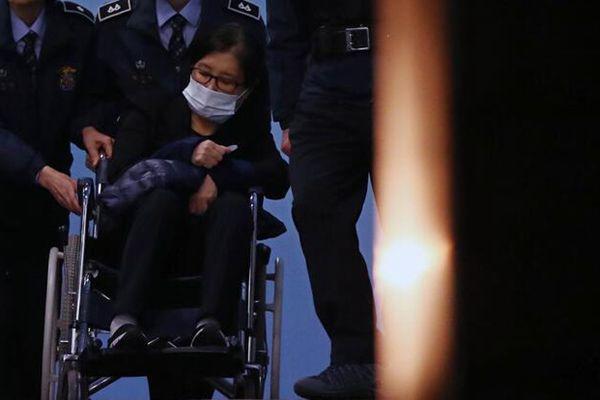 崔顺实被检方提请判25年 情绪激动坐轮椅离开法院