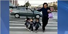 爷爷带三胞胎孙女过马路萌翻网友:一个也丢不了