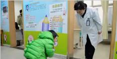 3岁男孩与医生互相鞠躬 百年前感人一幕再现