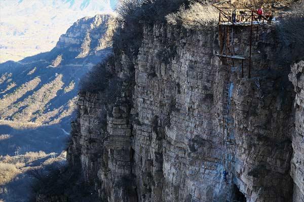 石家庄建世界最长玻璃桥 工人峭壁上施工