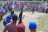 巴西球员罚点球时获粉丝持枪守护