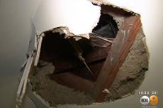 美加州居民家被空降冰块砸穿房顶