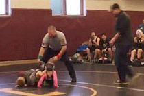 男童误将摔跤比赛当打架上场助姐姐一臂之力