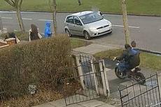 英两男孩骑摩托车撞倒15岁少女
